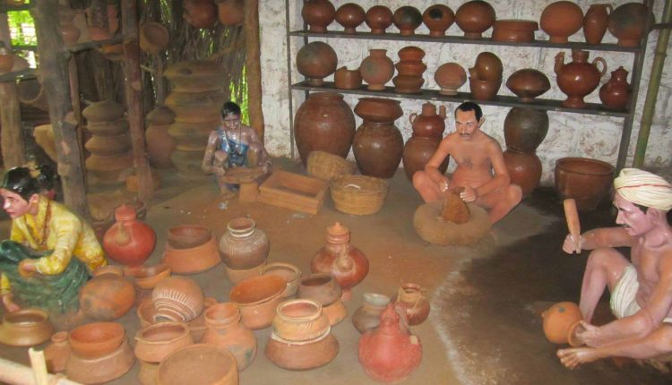 Earthen-Pot-Maker-Statue-at-Ancentral-Goa
